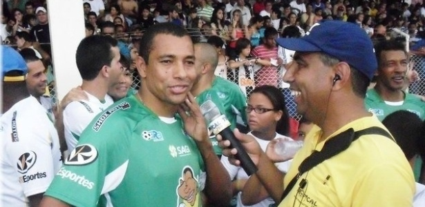 Gilberto Silva participa de jogo beneficente em Lagoa da Prata (MG), sua cidade natal