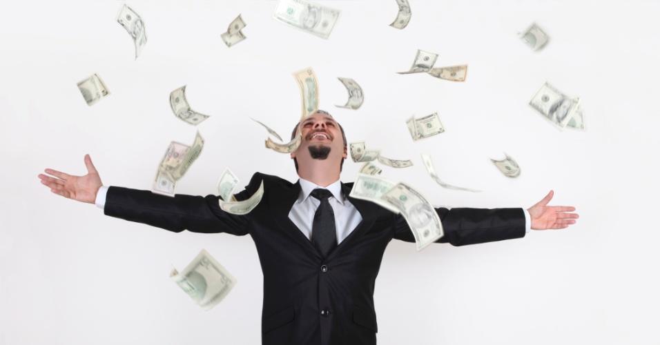 Homem rico faz chuva com dinheiro