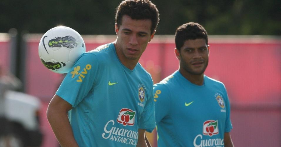 Hulk (d) observa Leandro Damião durante treino da seleção brasileira em Nova Jersey