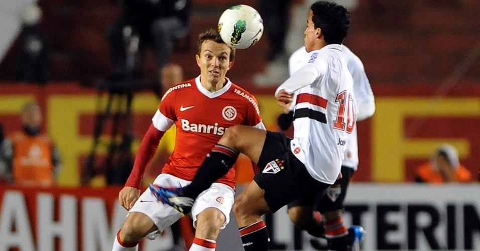 Jadson e Dagoberto brigam pela bola no duelo entre São Paulo e Internacional, no Beira Rio