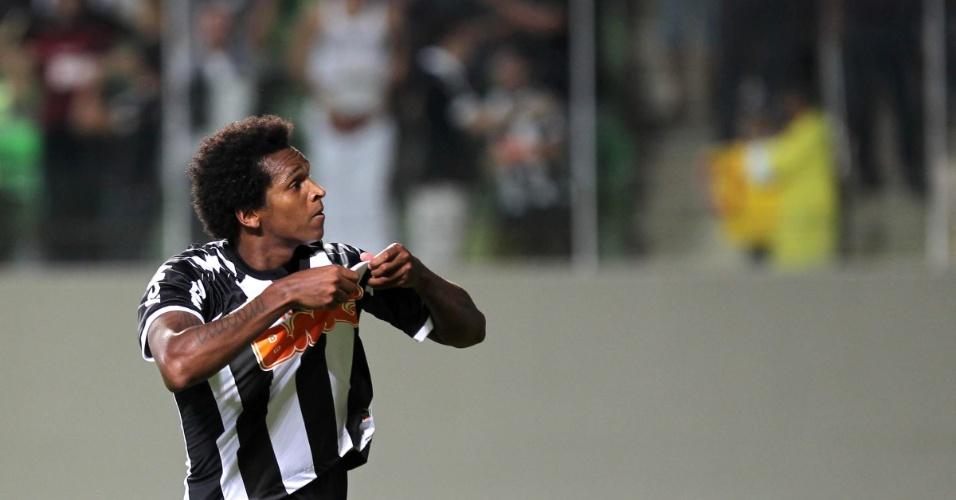 Jô comemora o gol do Atlético-MG, marcado de pênalti, no duelo contra o Bahia, em Belo Horizonte, pelo Brasileirão