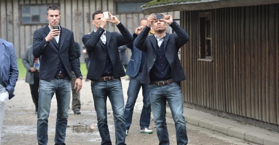 Jogadores da Holanda tiram fotos do campo de concentração nazista em Auschwitz. Seleção holandesa está no grupo A da Eurocopa