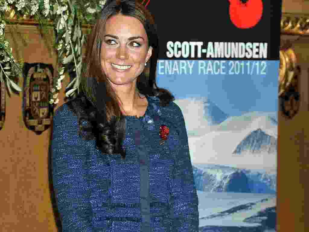 """Kate Middleton, a duquesa de Cambridge, é adepta do estilo """"lady like"""". Na foto, ela veste um tailleur azul bem comportado - Getty Images"""