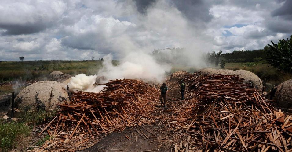 mai.2012 - Ibama destroi fornos usados ilegalmente para produção de carvão no Pará
