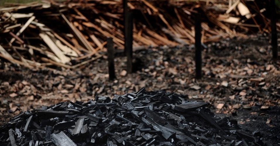mai.2012 - Pilhas de madeira cortada ilegalmente no Pará