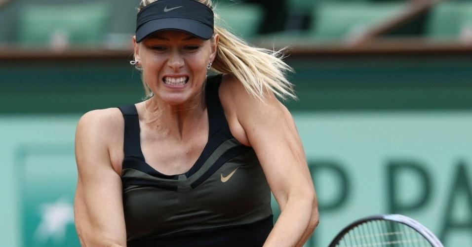 Maria Sharapova põe força no backhand durante duelo contra Kaia Kanepi nas quartas em Roland Garros