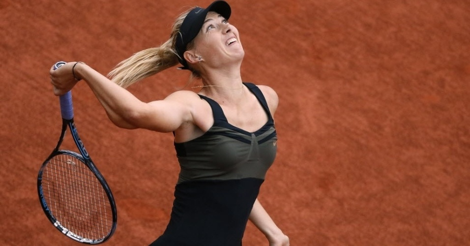 Maria Sharapova saca durante duelo contra Kaia Kanepi nas quartas em Roland Garros
