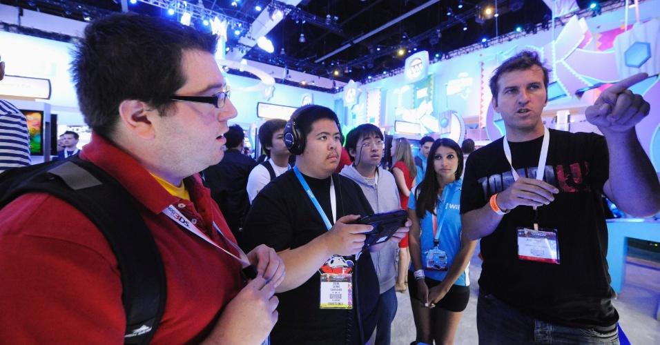 Promotor da Ubisoft explica ao público como matar os zumbis de