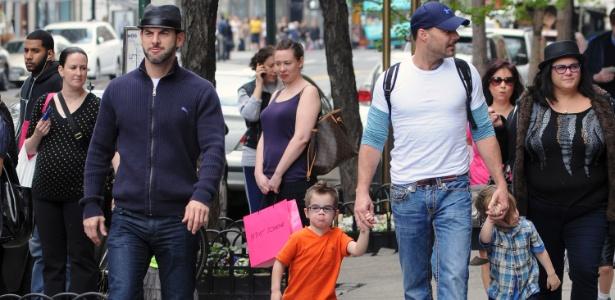 Ricky Martin (à dir.), o namorado, Carlos González Abella, e os filhos, Matteo e Valentino passeiam pelas ruas de NY