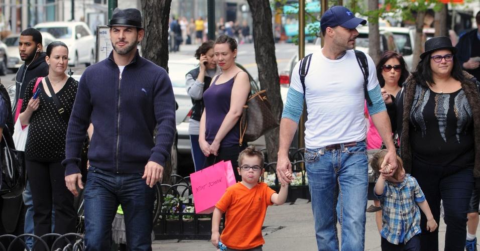 Ricky Martin (à dir.), o namorado, Carlos González Abella, e os filhos, Matteo e Valentino passeiam pelas ruas de Nova York (10/5/12)