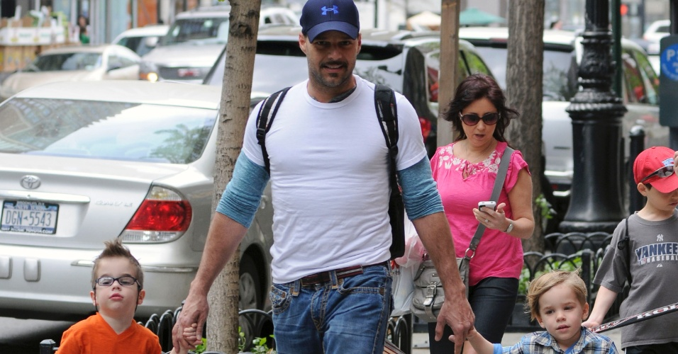Ricky Martin passeia com seus dois filhos, Matteo e Valentino pelas ruas de Nova York (10/5/12)