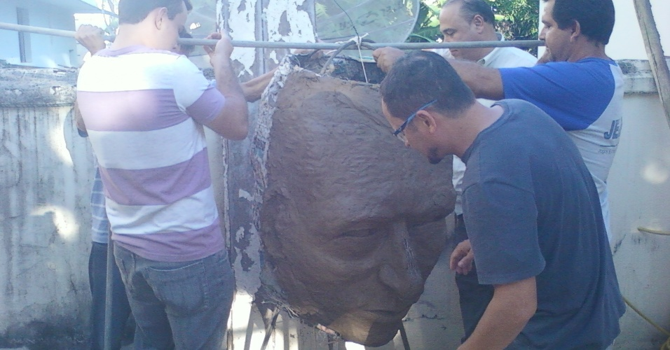 Sob protestos, estátua de Gilberto Silva é cancelada em Lagoa da Prata