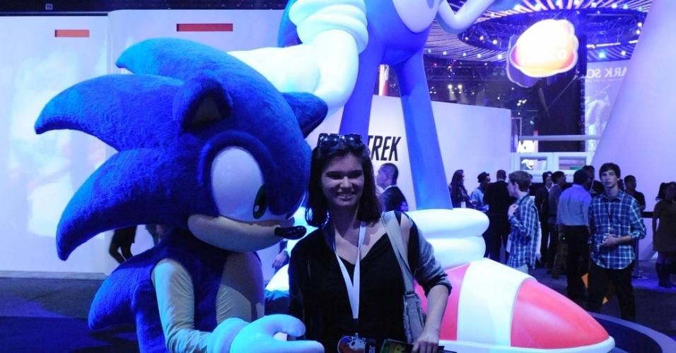 Sonic mostra que pode ser o número 1 em carisma e tira foto com visitante da feira