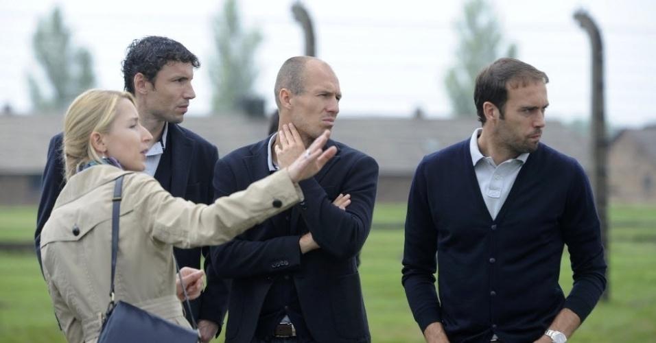 Van Bommel, Robben e Mathjisen durante visita da delegação holandesa ao antigo campo de concentração nazista em Auschwitz