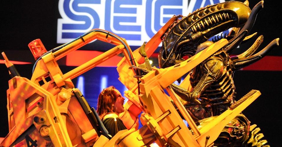 Visitantes podem sentir o gostinho de lutar contra um Alien nesta réplica no   estande da Sega