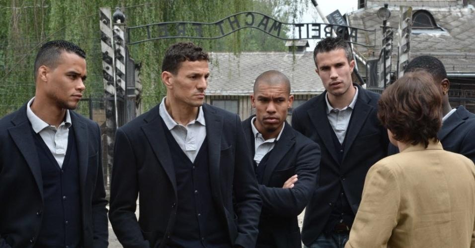 Wiel, Boulahrouz, De Jong e Van Persie acompanham explicação da guia durante visita a Auschwitz