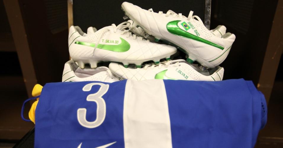Chuteira e uniforme de Thiago Silva prontos para o jogador usar no amistoso entre Brasil e Argentina