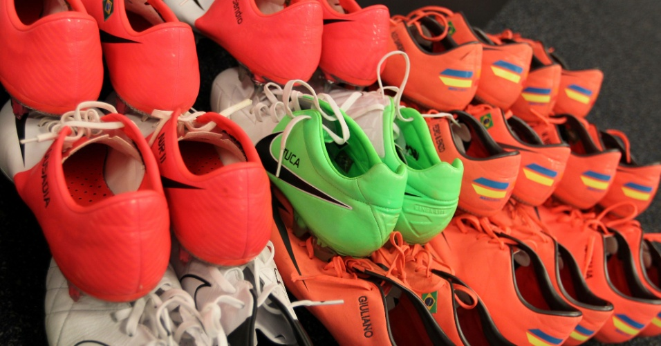 Chuteira verde do zagueiro Bruno Uvini ganha destaque entre as de cor laranja dos outros jogadores