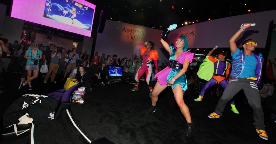 Dançarinos abusam das roupas coloridas para apresentar