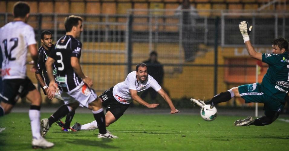 Danilo aproveita cruzamento e cabeceia para marcar o primeiro gol para o Corinthians no duelo contra o Figueirense