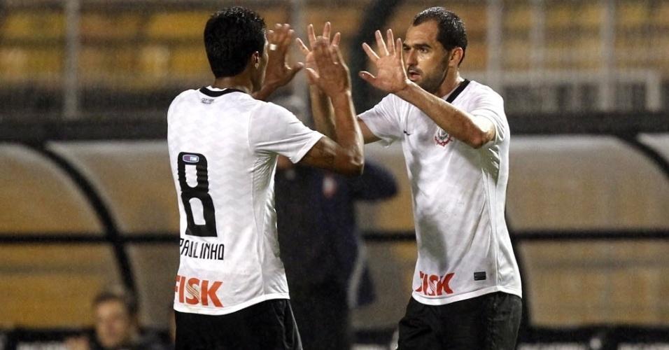 Danilo comemora com Paulinho o gol marcado pelo meia na partida entre Corinthians e Figueirense, no Pacaembu