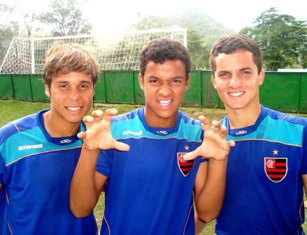 Douglas Baggio, Renan Donizete e Jean Chera posam parra foto no Flamengo