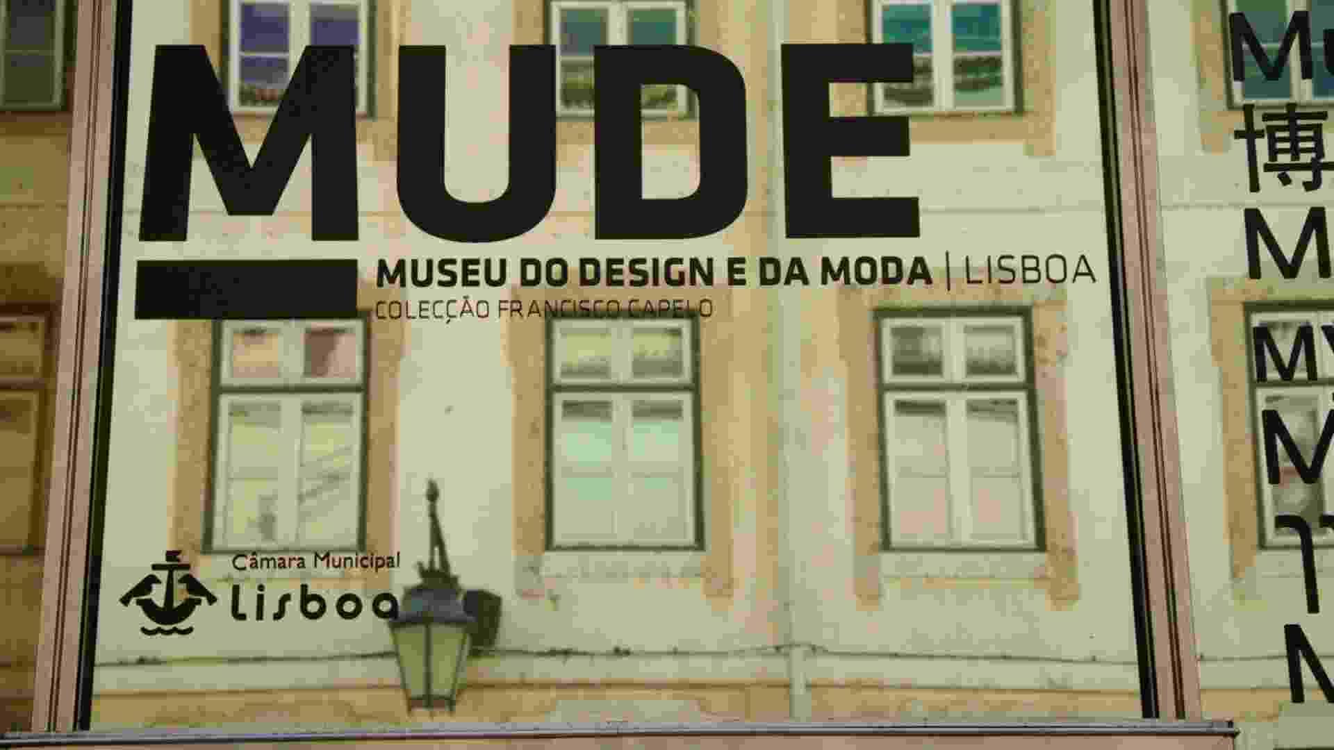 Edifícios históricos da Baixa-Chiado, em Lisboa, são refletidos em fachada do Mude, museu português que relembra as tendências e evoluções da moda e do design de móveis no mundo ao longo do século 20 - Eduardo Vessoni/UOL