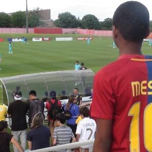Garoto fã de Messi assiste a treino da seleção brasileira em Nova Jersey