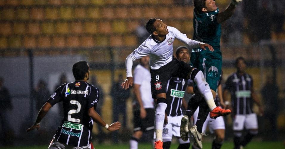 Liedson, atacante do Corinthians, tenta cabeceio no empate por 1 a 1 contra o Figueirense, no Pacaembu