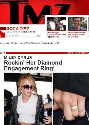 Miley Cyrus exibe anel de noivado ao descer no aeroporto de Los Angeles