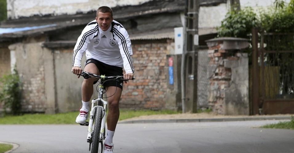 O atacante Lukas Podolski passeia de bicicleta após treino da Alemanha para a Euro