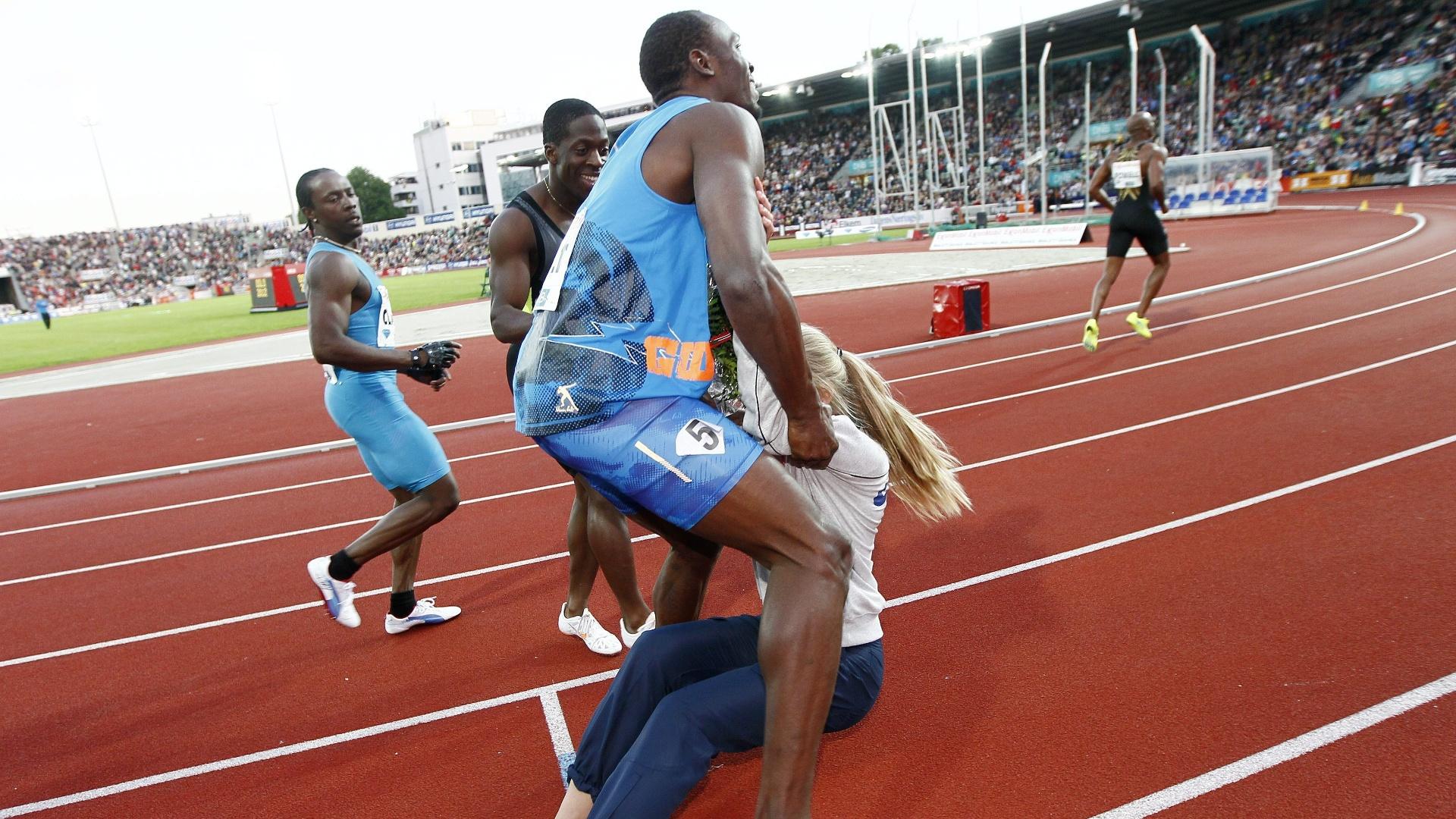 O jamaicano Usain Bolt se choca com mulher após cruzar a linha de chegada nesta quinta-feira em Oslo, na Noruega