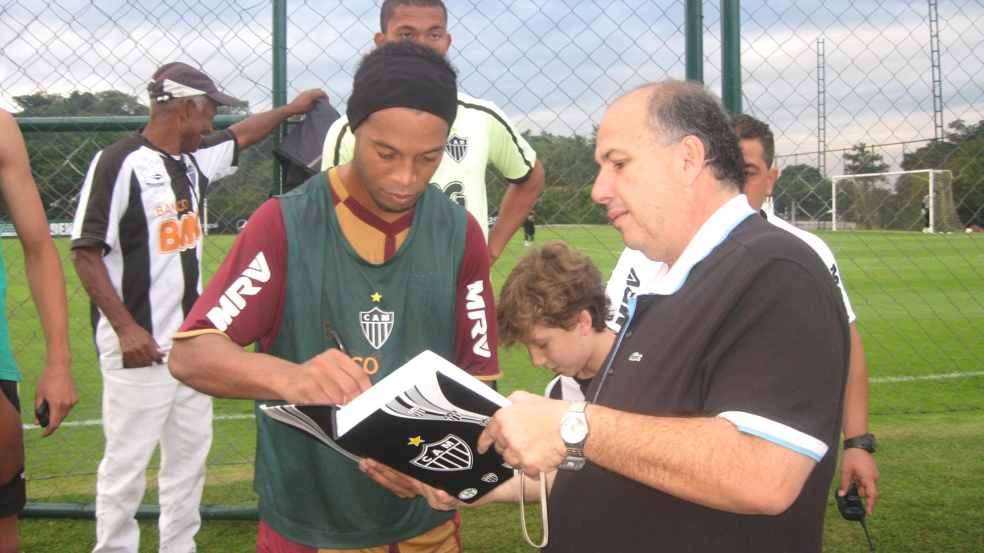 Ronaldinho Gaúcho dá autógrafo a torcedor do Atlético-MG na Cidade do Galo (7/6/2012)