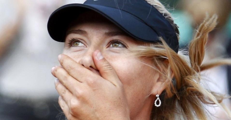 Sharapova manda beijos para torcida após triunfo em Paris