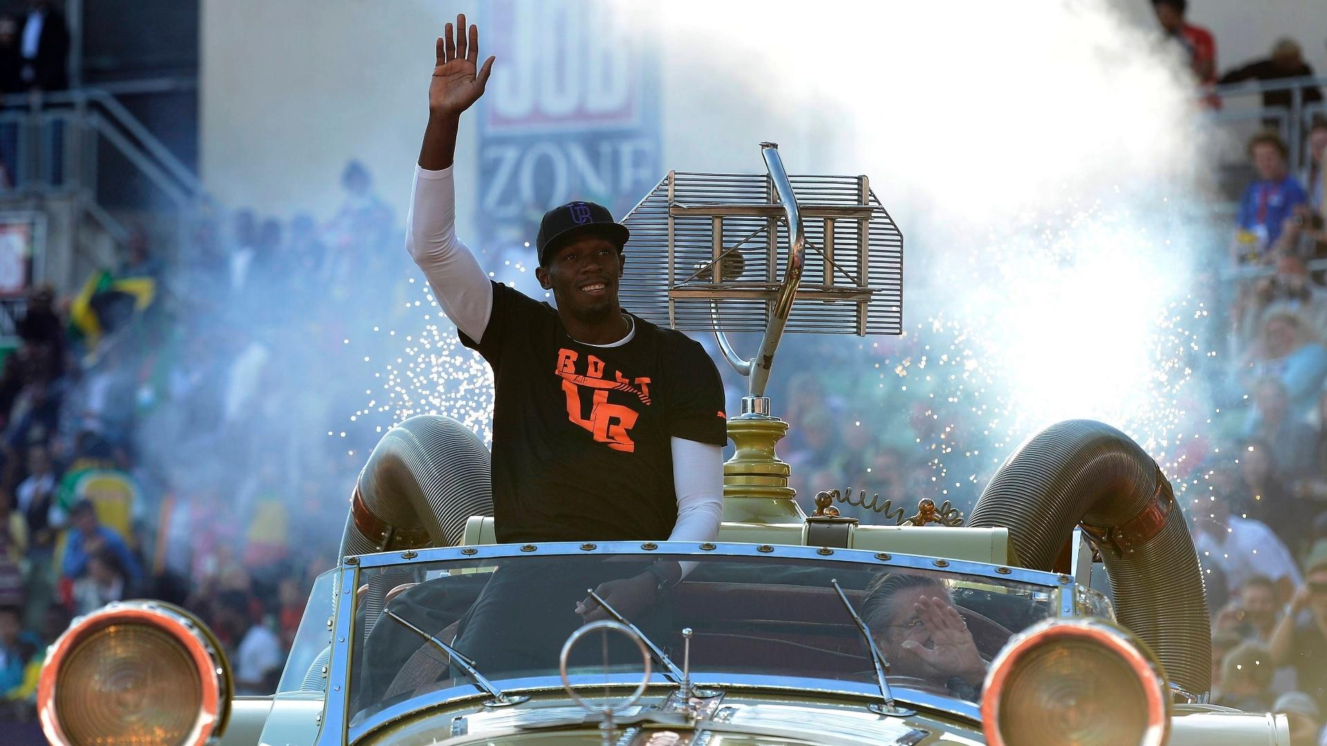 Usain Bolt acena para a torcida na Noruega em cima de um carro conversível dourado; jamaicano vai disputar uma etapa da Liga de Diamante