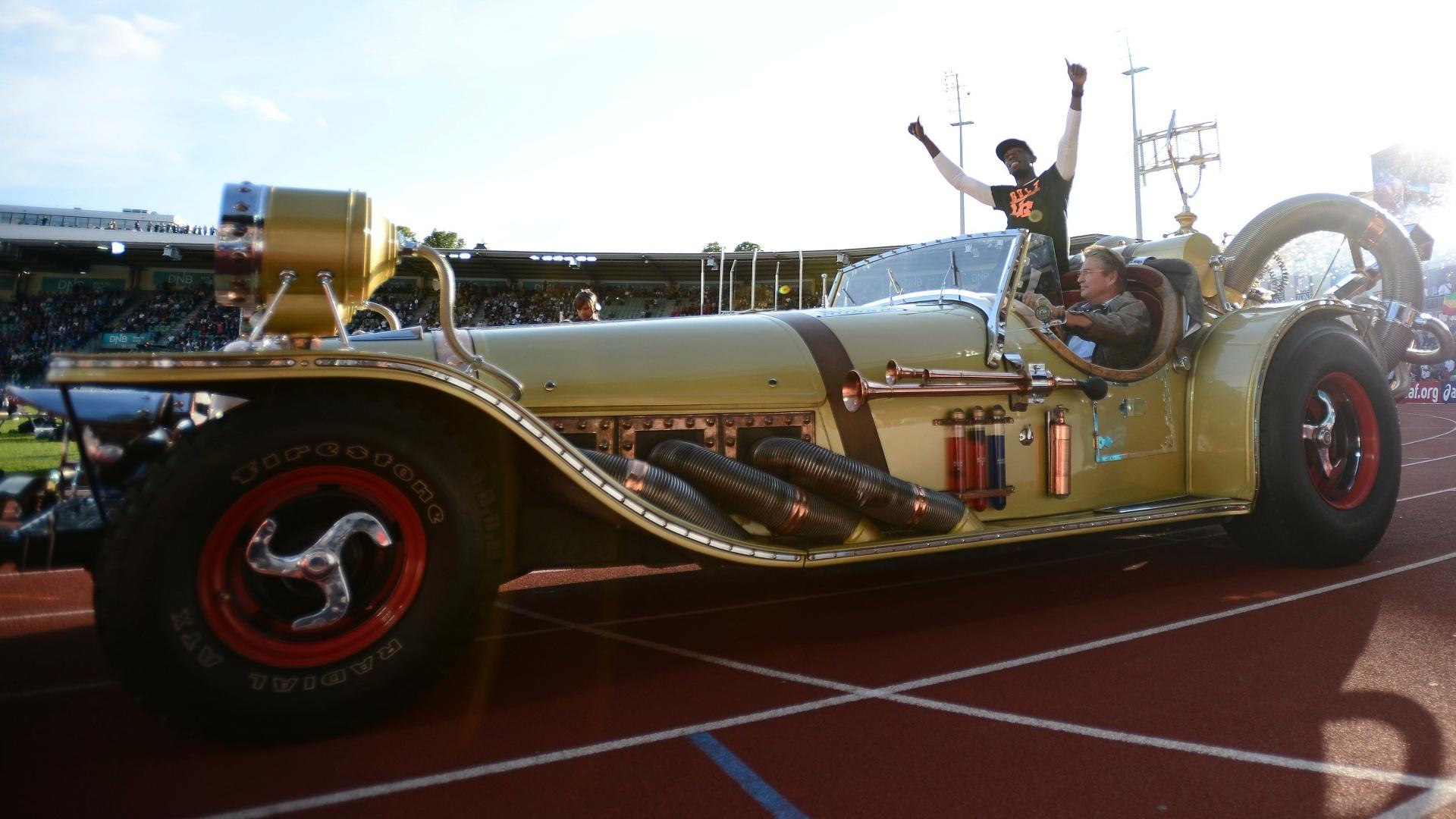 Usain Bolt acena para a torcida na Noruega; jamaicano entrou no ginásio para competir na Liga de Diamante em um carro conversível dourado