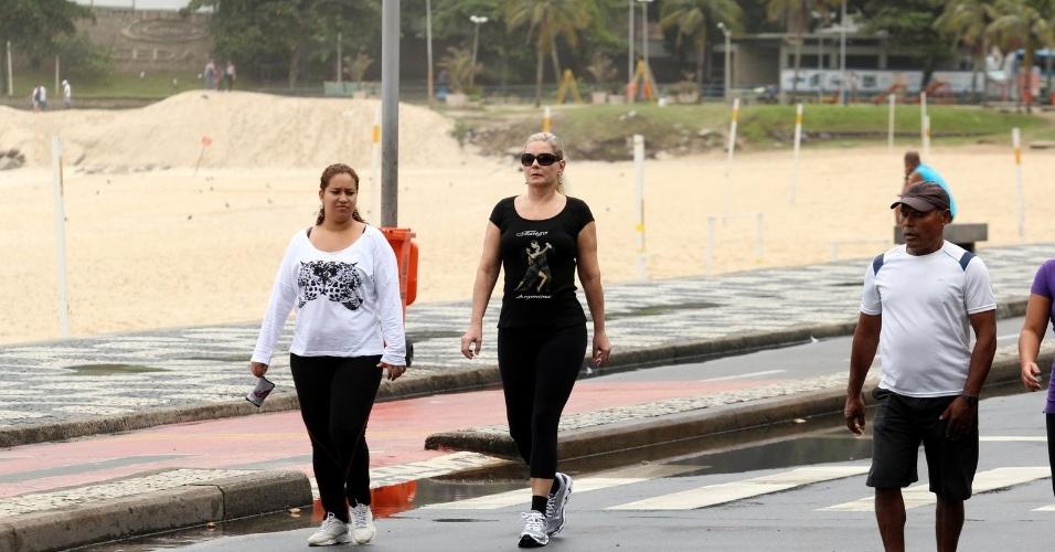 Vera Fischer se exercitou pela orla da praia do Leblon, zona sul do Rio (7/6/12)