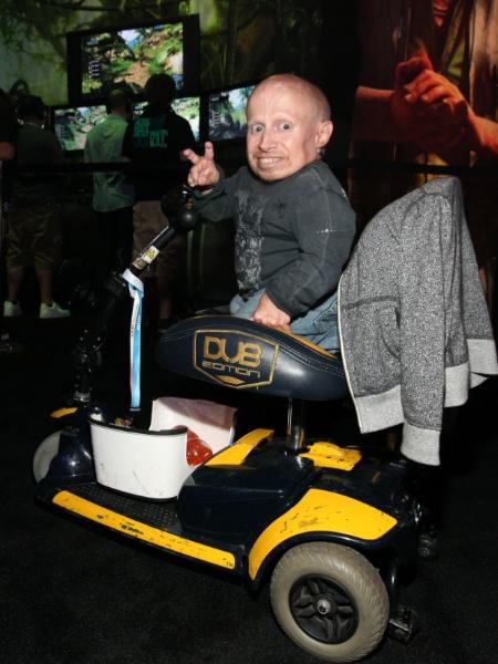 """Verne Troyer, o Mini-Me dos filmes de """"Austin Powers"""", foi clicado no estande da Ubisoft - Casey Rodgers/Invision"""