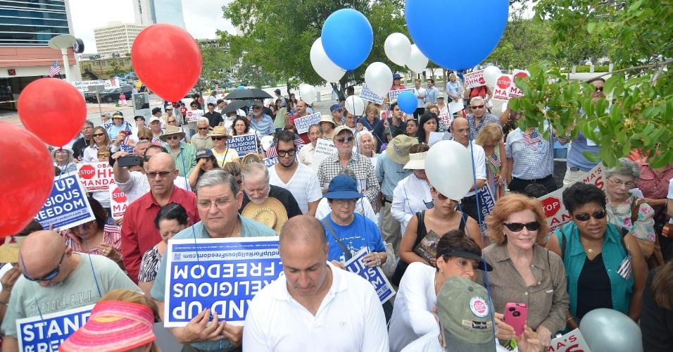 8.jun.2012 - Americanos protestam contra decisão do governo Obama de obrigar empregadores a oferecem cobertura médica para conteole de natalidade