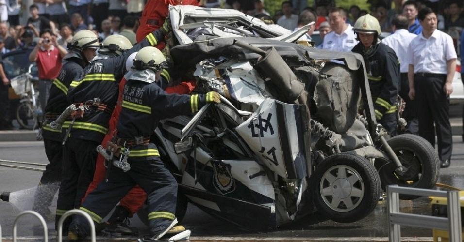 8.jun.2012 - Carro de polícia destruído após bater com um ônibus em Pequim, na China