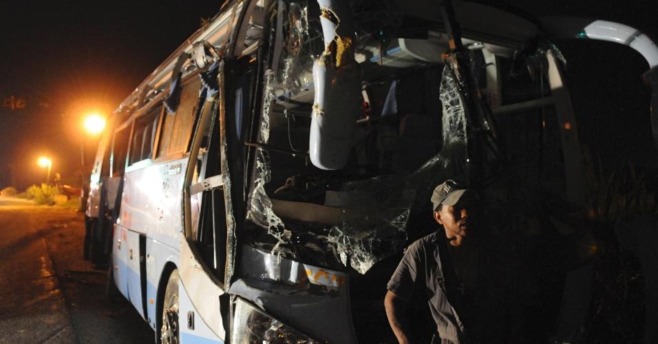 8.jun.2012 - Destroços de ônibus são retirados após batida contra trem no município de Higüey, capital da província dominicana de La Altagracia
