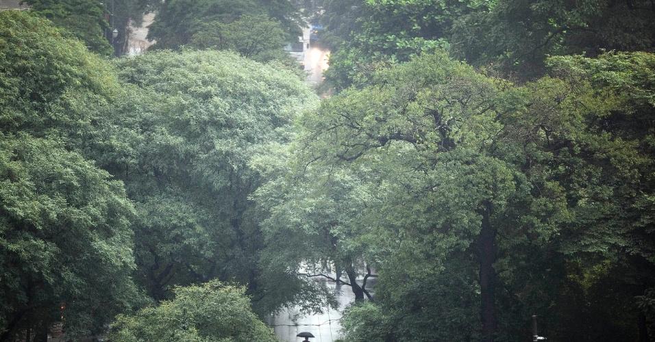 8.jun.2012 - Frio e chuva na Praça Dom José Gaspar, região central de SP