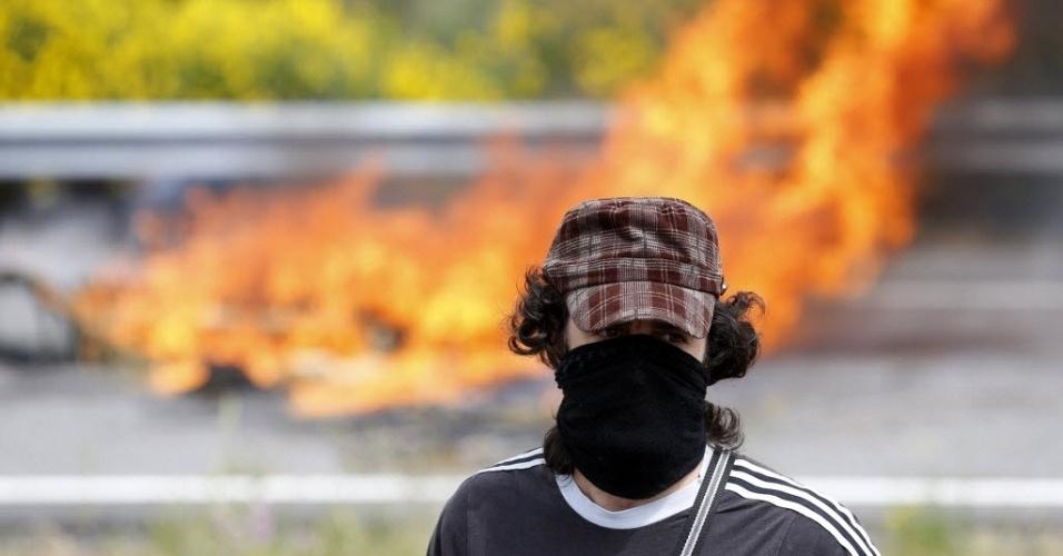 8.jun.2012 - Mineiro espanhol participa de protesto em que foram queimados pneus para fechar estrada na Espanha