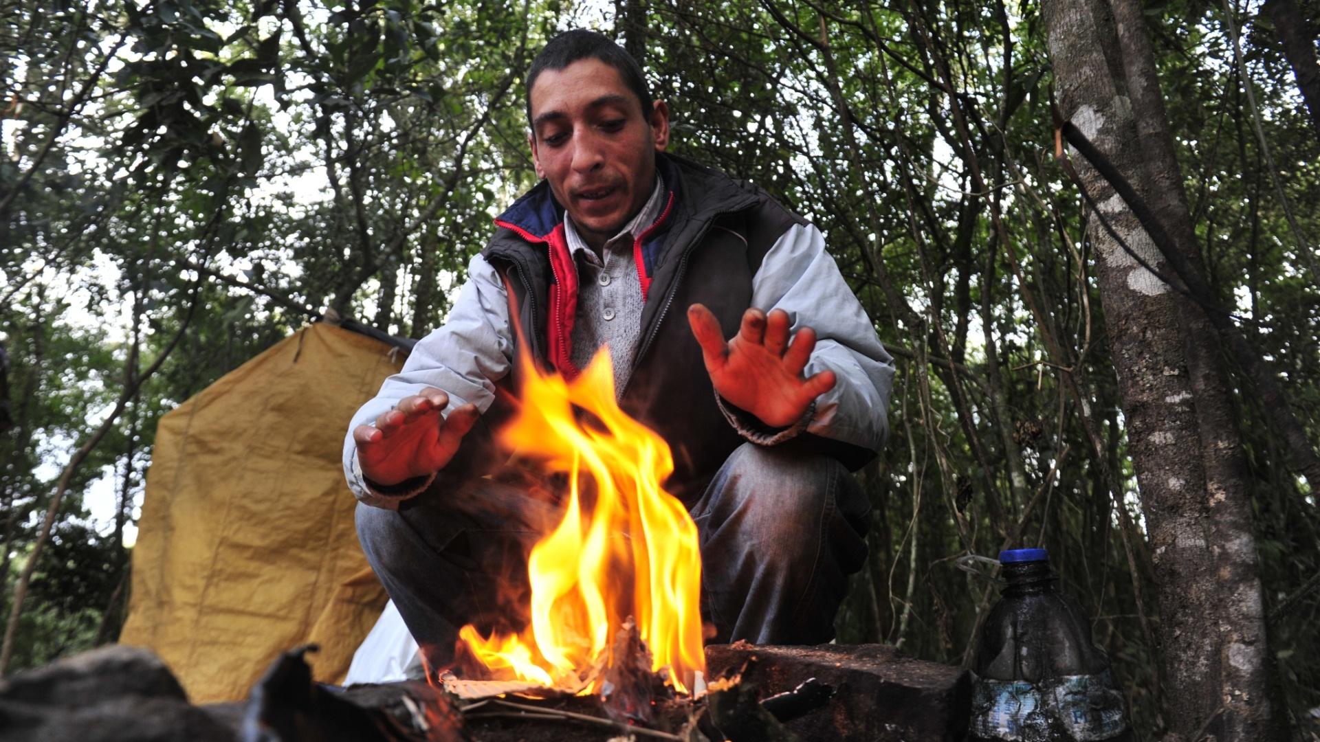 8.jun.2012 - Moradores de rua se protegem do frio em Caxias do Sul, no RS
