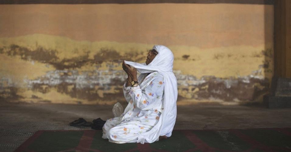 8.jun.2012 - Muçulmana reza na mesquita Jamia Masjid, em Srinagar, na Índia