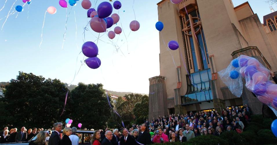 8.jun.2012 - Neozelandeses soltam balões em Wellington, na Nova Zelândia, em homenagem a trigêmeos de 2 anos mortos em incêndio de centro comercial em Doha, no Qatar, onde outros 17 estrangeiros também perderam a vida no dia 28 de maio