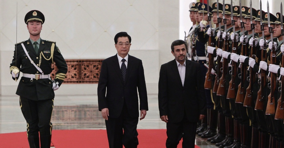 8.jun.2012 - O presidente da China, Hu Jintao (centro), e o presidente iraniano, Mahmoud Ahmadinejad, passam guarda de honra em revista durante cerimônia de boas-vindas no Grande Salão do Povo, em Pequim