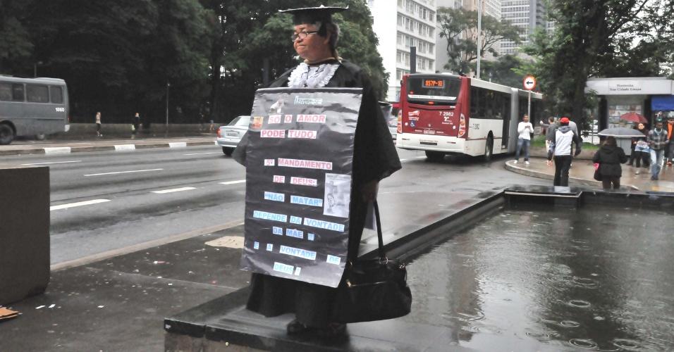8.jun.2012 - Professora primária Minvervina da Cruz, 61, protesta contra governo do Estado no vão livre do Masp