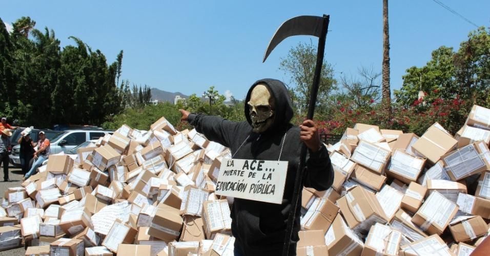8.jun.2012 - Professores roubam caixas com cadernos da prova Enlace, aplicada pelo governo mexicano para os alunos e professores