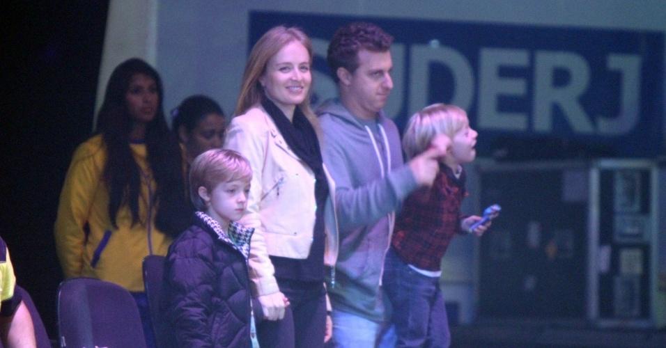 Angélica e Luciano Huck levaram os filhos Joaquim (esq) e Beníco (dir) para assistirem ao espetáculo